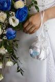 Hochzeitsblumenstrauß und -hand Stockfotografie