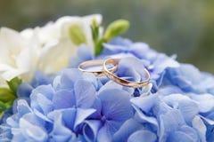 Hochzeitsblumenstrauß und Hochzeitsringe Lizenzfreie Stockfotos