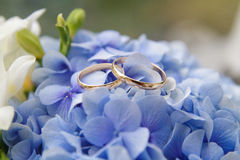 Hochzeitsblumenstrauß und Hochzeitsringe Lizenzfreies Stockfoto