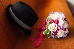 Hochzeitsblumenstrauß und -hut Lizenzfreie Stockfotos