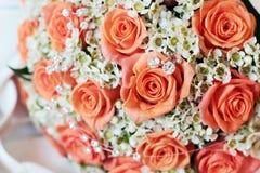 Hochzeitsblumenstrauß und -juwelen Stockfoto