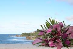 Hochzeitsblumenstrauß und -küstenlinie Stockbild