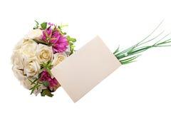 Hochzeitsblumenstrauß und leerer Umschlag stockfoto