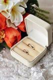 Hochzeitsblumenstrauß und -ringe Stockbild