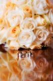 Hochzeitsblumenstrauß und -ringe. Stockbilder