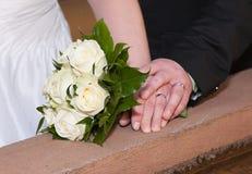 Hochzeitsblumenstrauß und -ringe Lizenzfreies Stockfoto