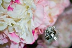 Hochzeitsblumenstrauß und -ringe Stockfotos