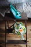 Hochzeitsblumenstrauß und Schuhdetails Stockfoto