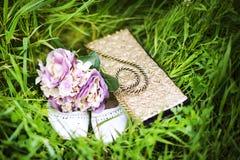 Hochzeitsblumenstrauß und -schuhe Stockfoto