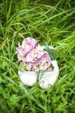 Hochzeitsblumenstrauß und -schuhe Lizenzfreies Stockbild