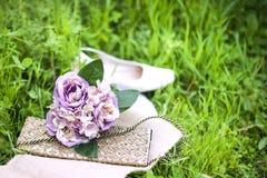 Hochzeitsblumenstrauß und -schuhe Stockfotografie