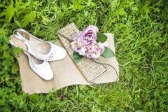 Hochzeitsblumenstrauß und -schuhe Lizenzfreies Stockfoto