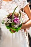 Hochzeitsblumenstrauß von Blumen hielt durch eine Braut Rosa, gelb und grün stockbilder