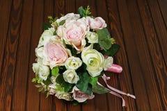Hochzeitsblumenstrauß von den weißen und rosa Rosen auf hölzernem Hintergrund Lizenzfreie Stockfotografie