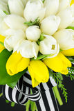 Hochzeitsblumenstrauß von gelben und weißen Tulpen Stockfotografie