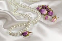 Hochzeitsblumenstrauß von getrockneten Rosen und von Perlenhalskette stockfotografie