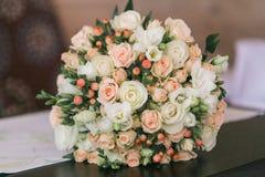Hochzeitsblumenstrauß von von kleinen von von Rosen und Beeren des weißen und Pastellrosas Lizenzfreie Stockfotografie