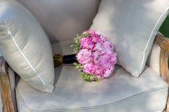 Hochzeitsblumenstrauß von Pfingstrosen, auf einem schönen Stuhl 3 Lizenzfreie Stockfotos