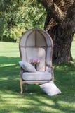 Hochzeitsblumenstrauß von Pfingstrosen, auf einem schönen Stuhl 2 Stockbild