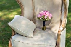 Hochzeitsblumenstrauß von Pfingstrosen, auf einem schönen Stuhl Stockfoto