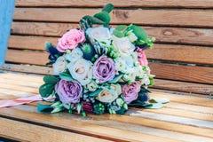 Hochzeitsblumenstrauß von purpurroten und beige Rosen und von schneeweißem lisianthus Nahaufnahme lizenzfreies stockbild