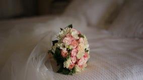 Hochzeitsblumenstrauß von rosa Rosen auf dem Bett stock video