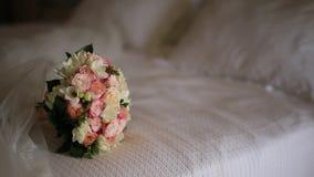 Hochzeitsblumenstrauß von rosa Rosen auf dem Bett stock footage