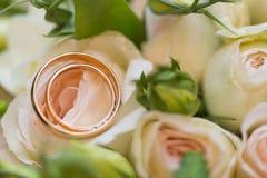 Hochzeitsblumenstrauß von rosa Rosen mit goldenen Ringen Lizenzfreie Stockbilder