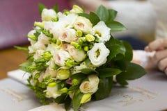 Hochzeitsblumenstrauß von rosa Rosen und Braut und Bräutigam Stockbild
