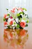 Hochzeitsblumenstrauß von Rosen und von Lilien für Braut an einem Hochzeitsfest Stockfotos