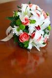 Hochzeitsblumenstrauß von Rosen und von Lilien für Braut an einem Hochzeitsfest Lizenzfreie Stockfotos