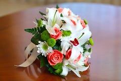 Hochzeitsblumenstrauß von Rosen und von Lilien für Braut an einem Hochzeitsfest Lizenzfreies Stockbild