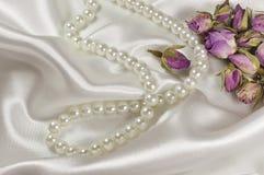 Hochzeitsblumenstrauß von Rosen und von Perlenhalskette Lizenzfreie Stockbilder