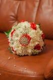 Hochzeitsblumenstrauß von schönen Rosen und von Ringen Lizenzfreie Stockfotos
