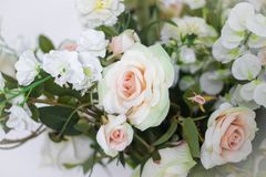 Hochzeitsblumenstrauß von weißen Rosen in einem Vase Sehen Sie meine anderen Arbeiten im Portfolio Weiß stieg stockfotos