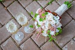 Hochzeitsblumenstrauß von weißen Rosen und von Gänseblümchengläsern Stockfotografie