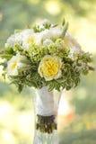 Hochzeitsblumenstrauß von weißen und gelben Blumen Lizenzfreie Stockbilder