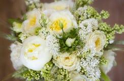 Hochzeitsblumenstrauß von weißen und gelben Blumen Stockfotografie