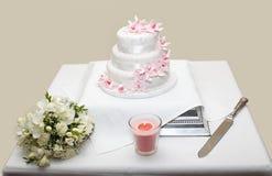 Hochzeitsblumenstraußblumen und -kuchen Lizenzfreie Stockfotografie