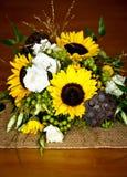 Hochzeitsblumenstraußdetail mit Sonnenblumen, Lotoshülsen und verschiedenem Lizenzfreies Stockbild