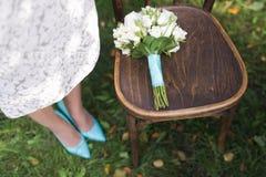 Hochzeitsblumenstrauß auf dem Stuhl Lizenzfreie Stockfotografie