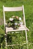 Hochzeitsblumenstrauß auf dem Stuhl Stockbilder