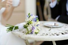 Hochzeitsblumenstrauß auf einer Tabelle Lizenzfreies Stockfoto