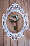 Hochzeitsblumenstrauß des weißen Rahmens auf hölzernen Brettern Stockfotos