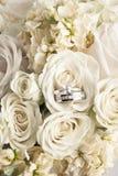 Hochzeitsblumenstrauß mit Ringen Stockfoto
