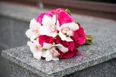 Hochzeitsblumenstrauß mit weißen Lilien und roten Rosen Lizenzfreie Stockbilder