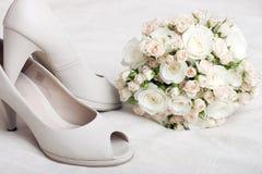 Hochzeitsblumenstrauß- und -Brautschuhe Stockbild
