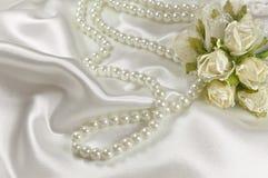 Hochzeitsblumenstrauß von Rosen und von Perlenhalskette Stockfotos
