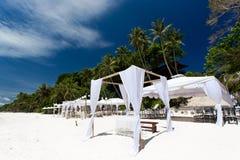 Hochzeitsbogen auf karibischem Strand Stockfotografie