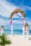 Hochzeitsbogen, Cabana, Gazebo auf tropischem Strand Stockbild